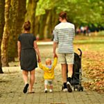 Wygoda na spacerze – solidna spacerówka dla dziecka i niezbędne akcesoria