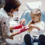 Pierwsza wizyta u stomatologa – jak przygotować na nią dziecko?